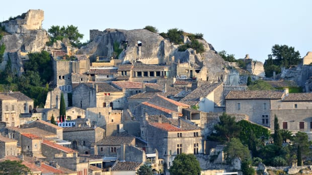 The town of St. Remy de Provence is one of the many destinations that French families vacation in. (Flickr: BlueBreezeWiki)