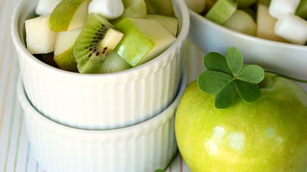 Lucky Green Fruit Salad: Perfect for School Parties! www.todaysmama.com #stpatricksday #healthysnack