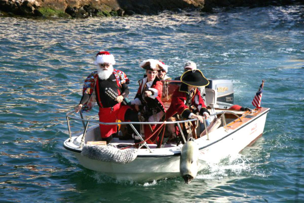 Americas-Strangest-Santa-Sightings-ea9f4e06cf724c05aabaeaae80aae1ee