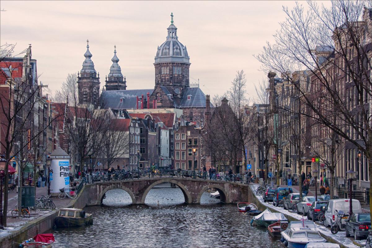 Oudezijds Voorburgwal in Amsterdam (Flickr: Bert Kaufmann)