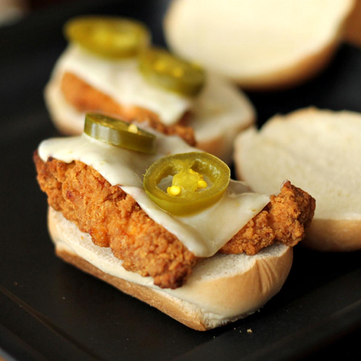 Spicy Chicken Sliders - TodaysMama.com #chicken #sandwiches