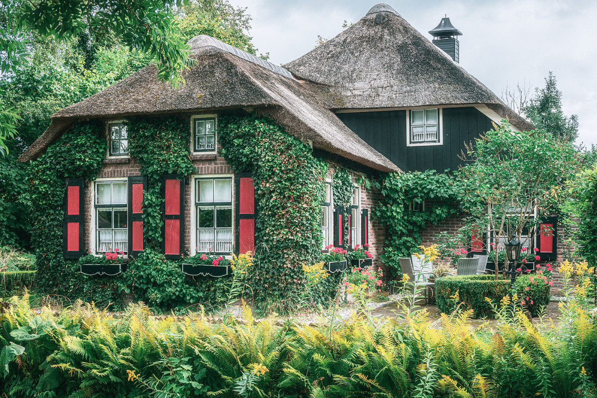 Thatched Roof Cottage in Giethoorn Netherlands