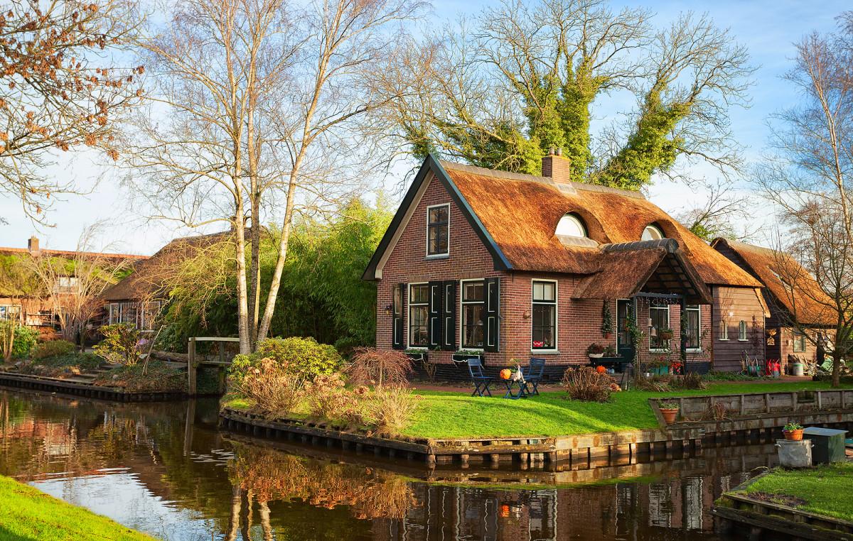 Sunny morning in Giethoorn
