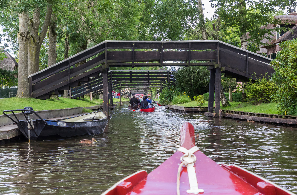 Traveling by boat and under bridges in Giethoorn